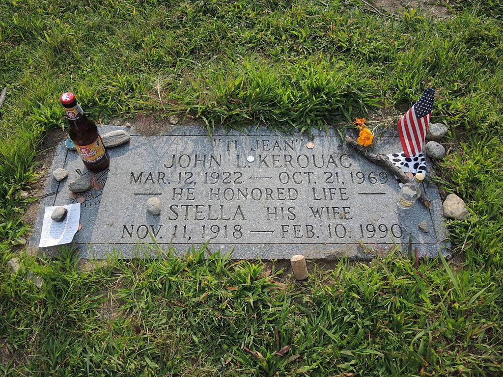 La pierre tombale de Jack Kerouac au cimetière Edson à Lowell  (photo de 2014 par Daniel Penfield, Wikimedia Commons)