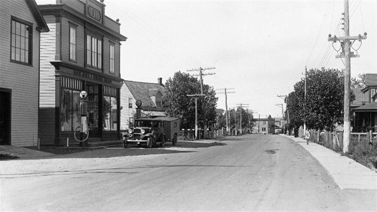 L'avenue Grand-Pré à Bonaventure, au Québec, début du 20e siècle  (source : Musée de la Gaspésie, Wikimedia Commons).