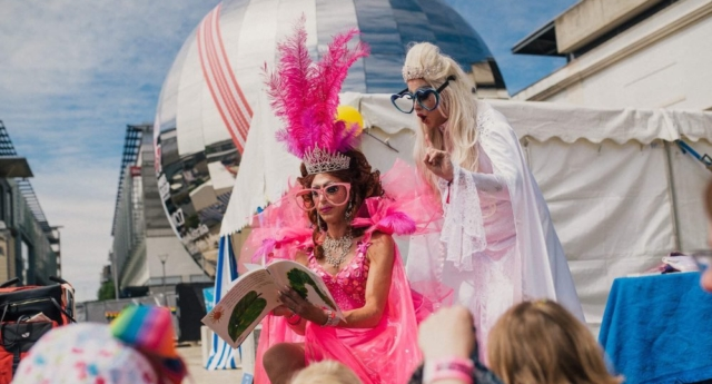 This library programme is teaching kids about freedom and acceptance – through dragqueens - This week a library in Bristol became the first in the UK to hold a brand new event for children, Drag Queen Story Time.Yes, that's exactly what it sounds like – stories read to kids, by drag queens.