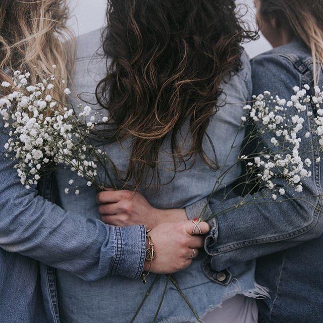 """""""Ja sitten ku aletaan puhua Huomataan kuinka samanlaisii ollaankaan"""" ✨ Aika osuvasti satuin kuuntelemaan tänään päivällä sitten Ellinooran """"Taideteos"""" kappaleen. Sanat liittyvät erityisesti tähän iltaan, koska tänään joukko upeita naisia kokoontui puhumaan elämästä, rakkaudesta, parisuhteesta ja unelmista. Ehkä myös selvittämään yhdessä kahta tärkeää kysymystä: """"Kuka olen ja mitä etsin?"""" ✨ Itse arvostan sitä, että ihmiset aidosti kohtaavat toisensa. Ilman kännykkää, ilman muita ärsykkeitä, ilman jatkuvia keskeytyksiä. Se mitä Naisten intensiiviryhmä voi parhaillaan mielestäni tarjota - ja tarjosi, on pysähtymistä omien ajatusten ja toiveiden äärelle. Ja tietysti myös kuuntelemaan, ymmärtämään muita ihmisiä, jotka ehkä ajattelevat asioista samalla tavalla. Olen tästä ryhmästä erityisen iloinen. Toivon, että meidän kolmen yhteisen tapaamisen jälkeen jokainen näistä naisista on valmis rakastumaan ja löytämään oman sielunkumppanin. Lainatakseni yhden ryhmäläisen sanoja: """"Tää oli jotenkin vielä parempi kokemus, mitä edes uskalsin ajatella etukäteen."""" ❤️ ✨ On aivan upeaa tehdä tätä työtä. #matchbyk #matchmaker #parisuhde #rakkaus #elämä"""