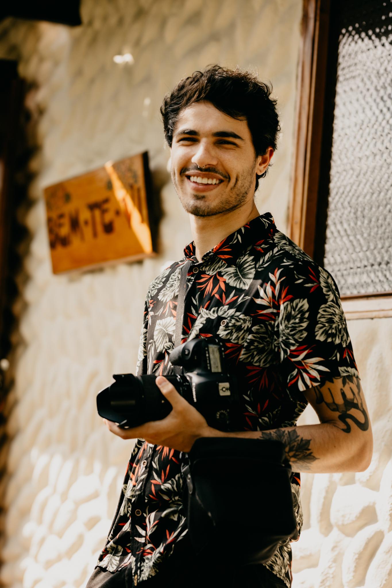Olar :) Eu sou o Fábio - Tenho 22 anos, baseado em São Paulo, sou formado em publicidade e amo contar histórias que aconteçam em qualquer lugar do mundo.A fotografia proporcionou me envolver com pessoas incríveis, que se identificam e acreditam no meu fazer fotográfico, sou muito grato a ela.Busco partir de um entendimento dos valores e estilo de vida dos casais, para assim criar algo sob medida, moldando meu olhar para com a imagem. No casamento, essa empatia é necessária; saber quando aplicar intensidade ou sobriedade.Na correria do dia a dia, é preciso conseguir desacelerar para então se aperceber das coisas simples da rotina. Existe poesia nos pequenos prazeres. Minha busca é enxergar verdade nesta simplicidade, e fazer com que esta poesia - com o passar do tempo - soe mais e mais verdadeira.