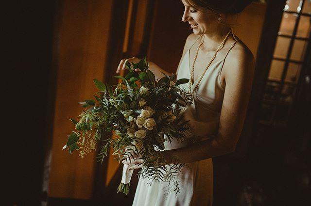 É cada foto linda que a gente faz nos minutinhos antes do sim 🧡  #weddingdress #weddingphotography #wedding #belovedstories #casamento
