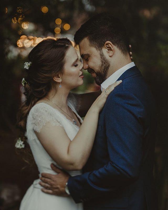 Começar a semana relembrando esse casamento lindo do Fábio e da Dani 💛 Se quiser ver mais fotos desse casamento dá um pulinho no blog, link na bio ⚡️ #wedding #casamento #justmarried #love #instawedding #belovedstories