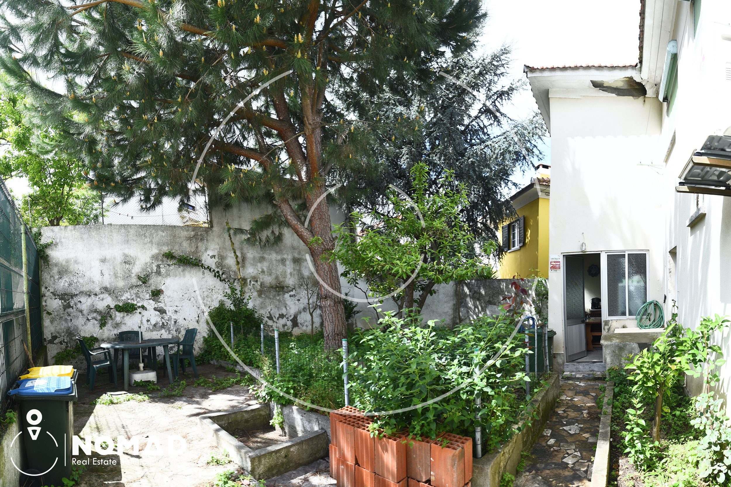 Mais alguns detalhes - * Pequeno jardim na frente da casa* Logradouro enorme, cheio de potencial* Muito espaço e privacidade familiar* Diversidade de opções para a renovação* E muito mais…