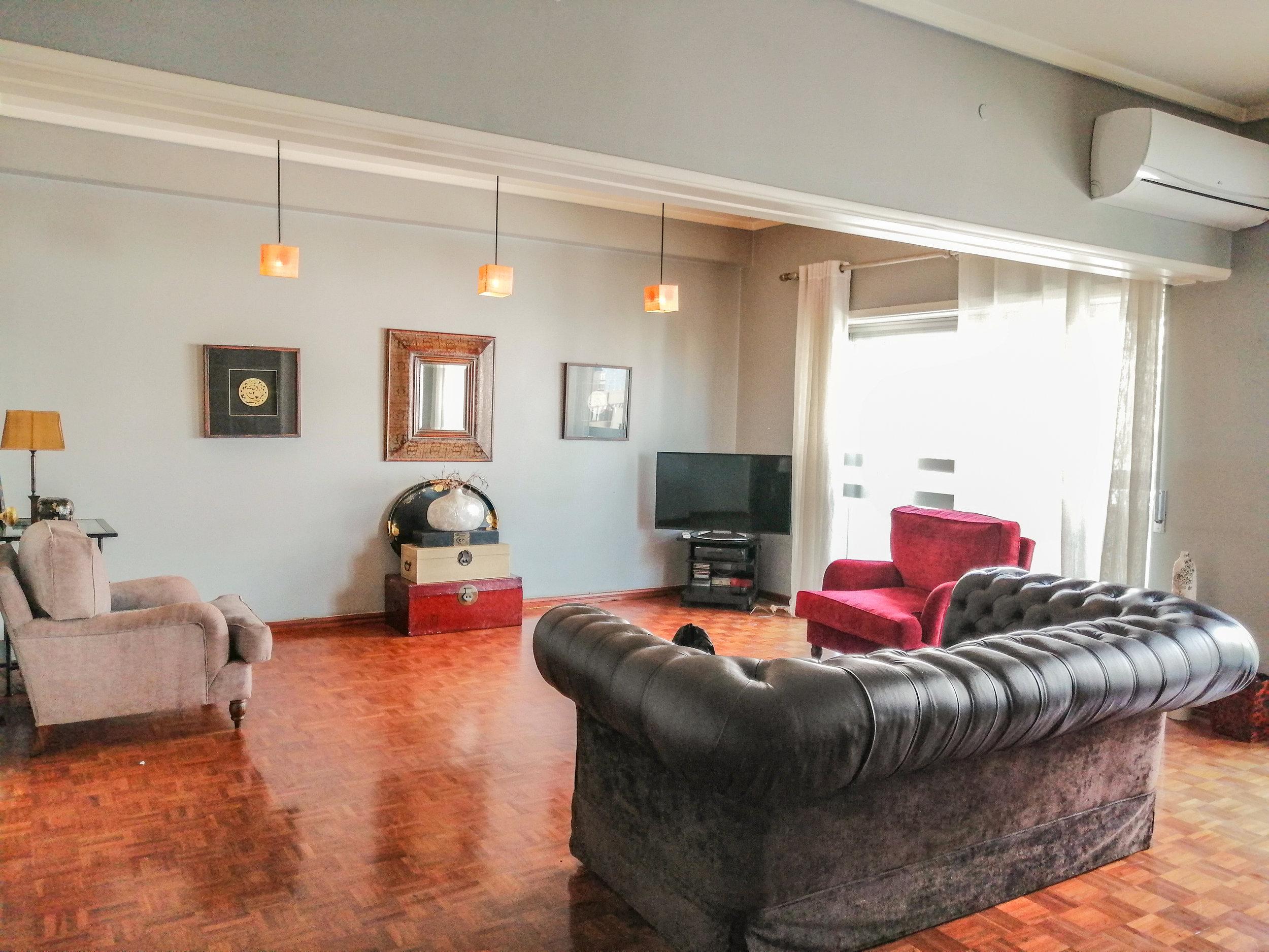 Mais detalhes… - Muito espaço de arrumação;Espaço ligado à sala com possibilidade de expansão da mesma;Varanda que rodeia o apartamento com excelentes vistas;Óptima iluminação.