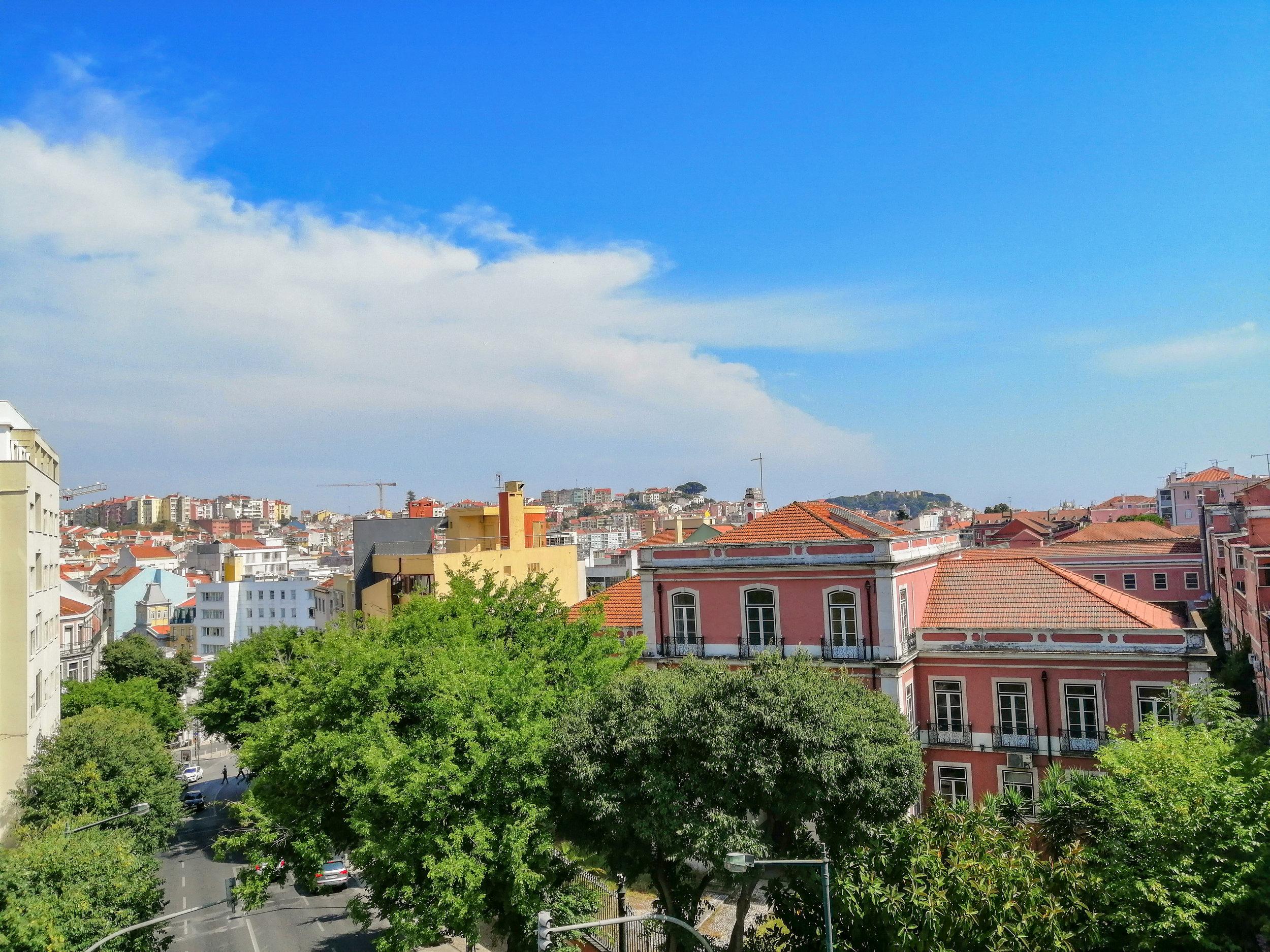 Localização - - Perto de cafés, supermercados e comércio local;- A 2 minutos do Metro e de todo o tipo de transportes;- Perto do Banco de Portugal;- Ao lado do Hospital Dona Estefânia.