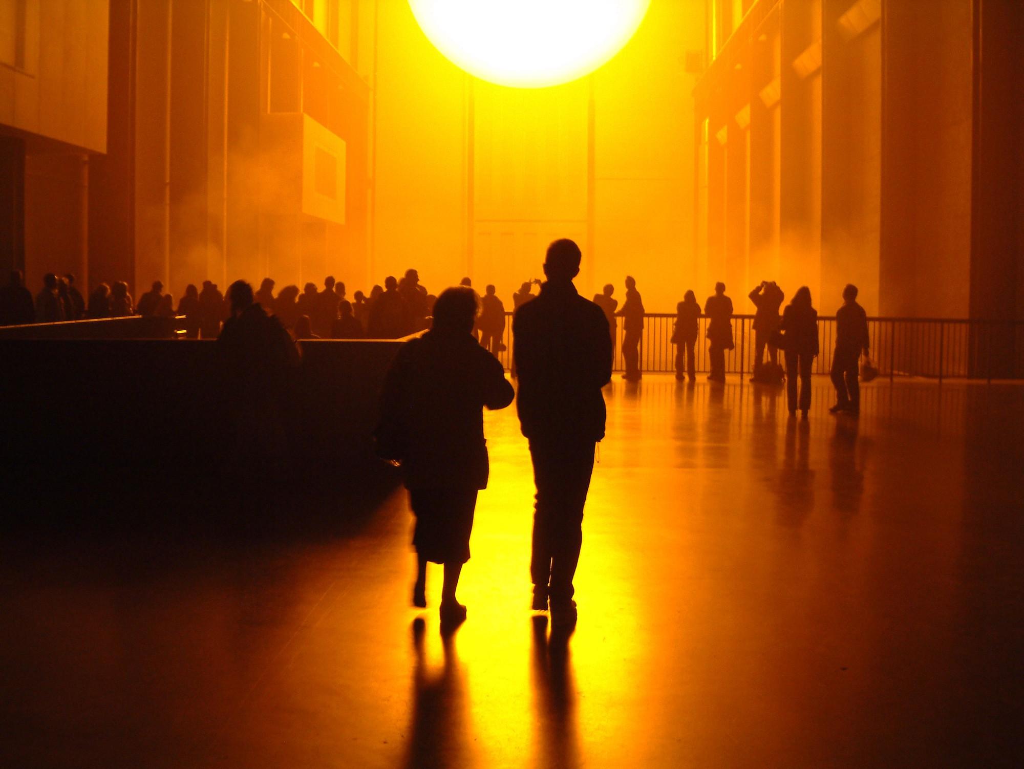 Olafur Eliasson.  The Weather Project , 2003, instalación en el Turbie Hall, Tate Modern, Londres. Fotografía: Estudio Olafur Eliasson Cortesía del artista: neugerriemschneider, Berlín: y Tanya Bonakdar, Nueva York. © Olafur Eliasson 2003