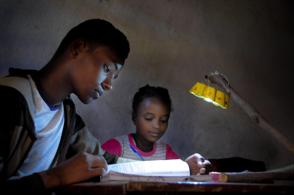 Niños estudiando con Little Sun Original © Maddalena Valeri