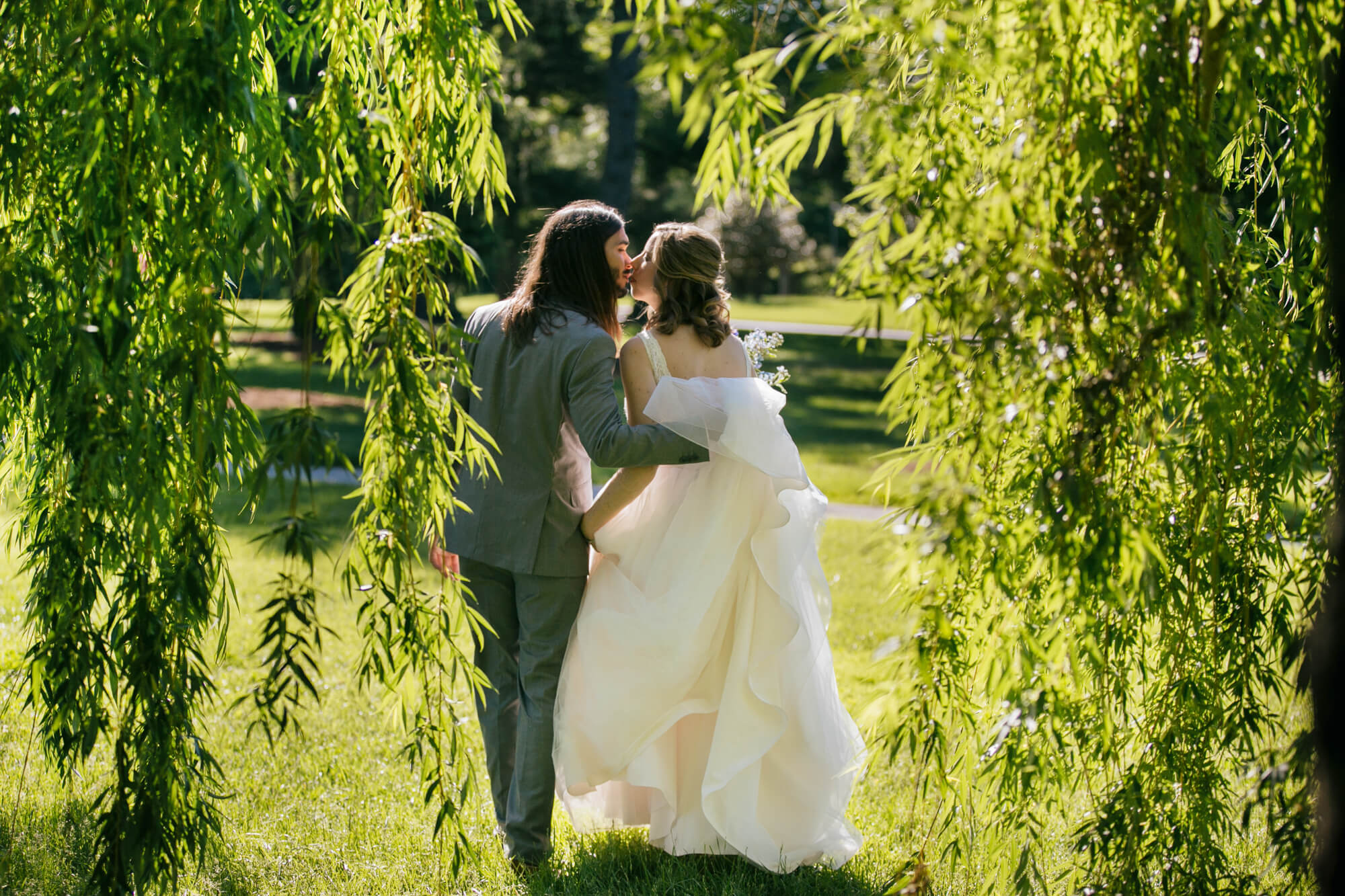 20-weeping-willow-st-louis-forest-park-bride-groom-kiss.jpg
