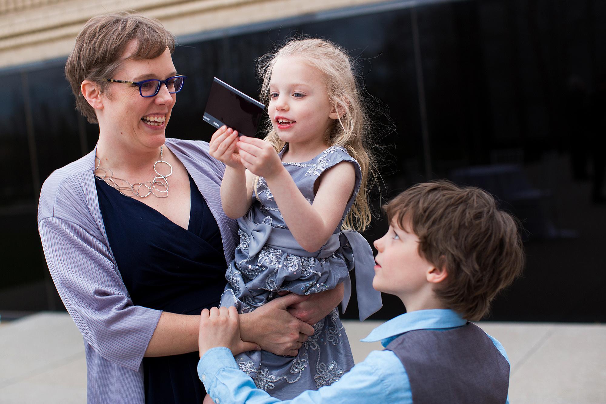 7-mom-kids-looking-at-photo-st-louis-art-history-museum-sarah-corbett-photography-polaroids.jpg