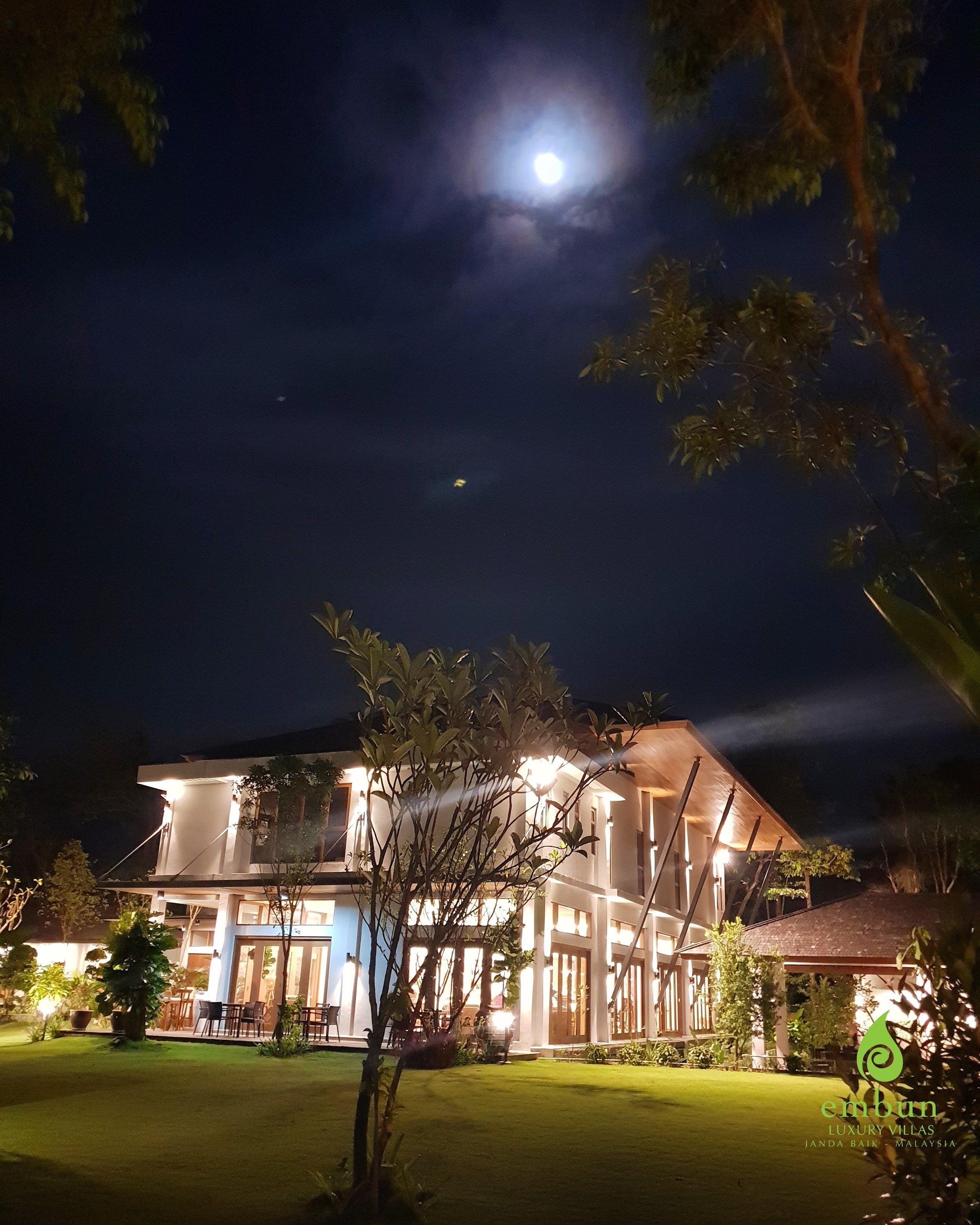 C;ubhouse at night.jpg