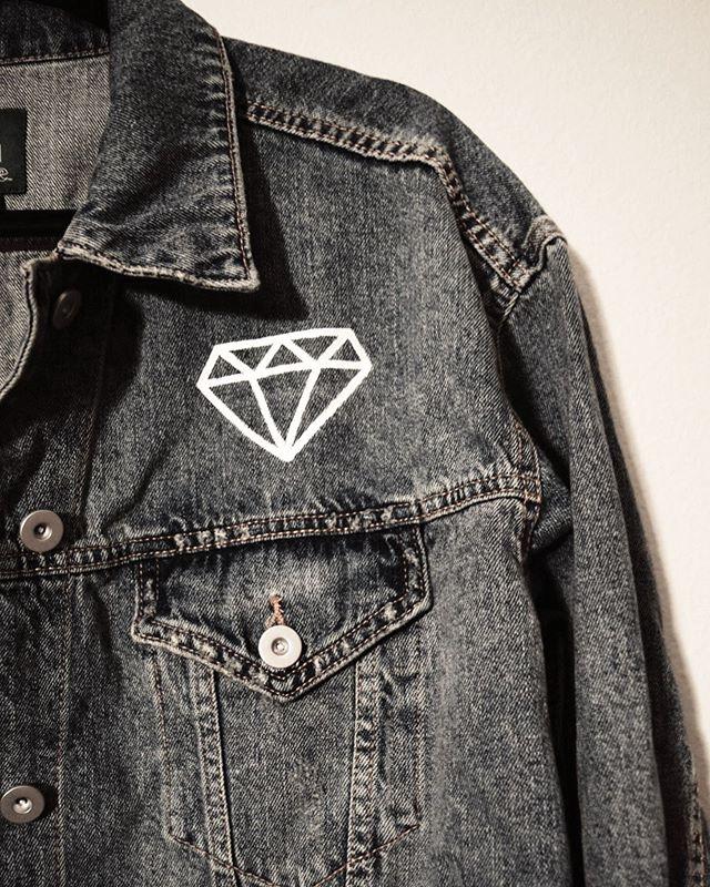 Diamonds are a girls best friend. I don't have a diamond so of course I wouldn't know but like it seems legit. 💎 - - - - - - #tk #tkauff #customjacket #customfit #diamond #diamonds #custompaintjob #commission #dallasstyle #dallasbrides #dallasart #dallasartist #fortworthart #fortworthartist #customjeanjacket #bridal #bridalwear #angeluspaint
