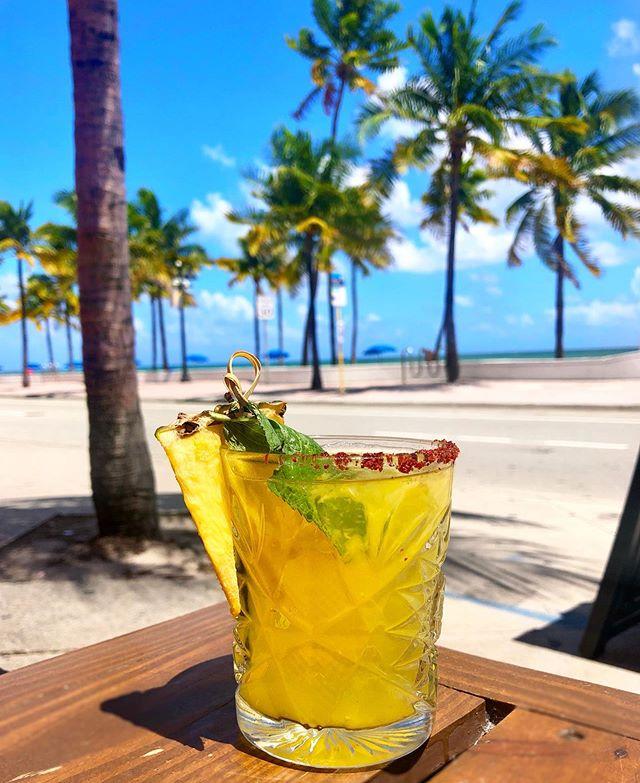🍍TIKI PINEAPPLE 🍍 #fortlauderdale #drinks #pineapple #beach #tsukuro