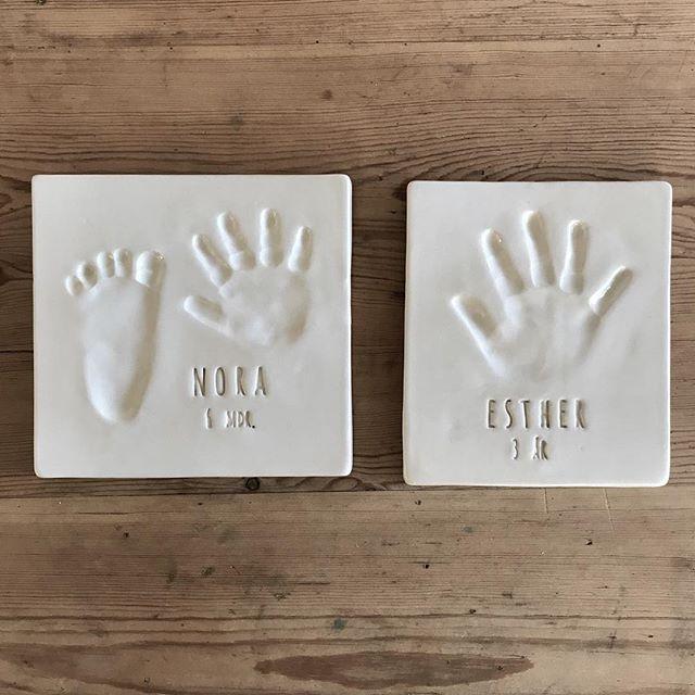Esther og Noras fine aftryk er nu pakket og klar til at komme med til Århus hvor vi laver babyaftryk på torsdag hos @hanfalke  Vi glæder os til at komme igen, og vi håber I bliver glade for aftrykkene @linebandersen ♥️ ————————————————————— Send en DM for at booke en af de sidste tider. 😊 —————————————————————#babyaftryk #babyaftrykiårhus #hanfalke #århus #søstre  #babyaftrykdk #barsel #babylove #dåbsgave #sødtminde #minderderbliverbedremedtiden #fordidealdrigbliversåsmåigen #farpåbarsel #morpåbarsel #nårtoblivertiltre #design #kvalitet #kunsthåndværk #slowliving #makersgonnamake #craft #interiør #interior #børneværelse #kidsroom #smallbusiness #womensupportwomen #buylesschoosewell #qualityoverquantity #supportsmallshops