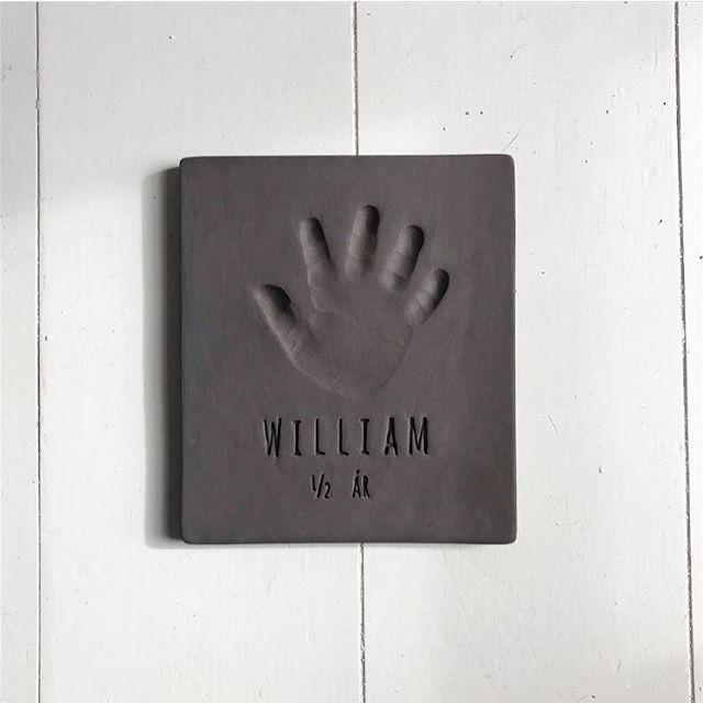 Så kom Williams håndaftryk ud af ovnen. 🖐🏿 Du kan se hvad der er gået forud med at få aftrykkket færdiggjort i værkstedet, under fastgjorte stories på vores profil. 🌞 Håber I bliver glade for aftrykket @mariakaraas og @alexanderkaraas —————————————————————Aftrykket blev lavet hos @lillehimmelblaa hvor vi kommer tilbage på torsdag d.4/4  Skriv en mail på hello@babyaftryk.dk, eller send en DM hvis du skal have en af de sidste tider. ♥️—————————————————————#babyaftryk #lillehimmelblaa #hanfalke #babyaftrykdk #barsel #babylove #dåbsgave #sødtminde #minderderbliverbedremedtiden #fordidealdrigbliversåsmåigen #farpåbarsel #morpåbarsel #nårtoblivertiltre #design #kvalitet #kunsthåndværk #slowliving #makersgonnamake #craft #interiør #interior #børneværelse #kidsroom #littlekidsinspiration #smallbusiness #womensupportwomen #buylesschoosewell #qualityoverquantity #supportsmallshops