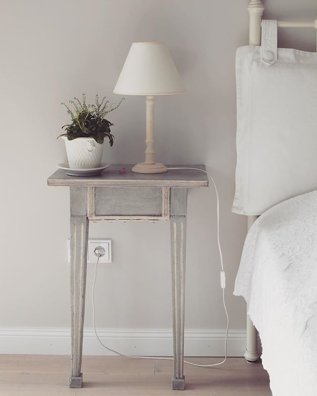 I've said this before and I will say it once again...it's best to keep your bedside table clear of clutter. There are so many benefits for your quality of sleep 💤 Give it a try and let me know if you can feel the difference 🌙