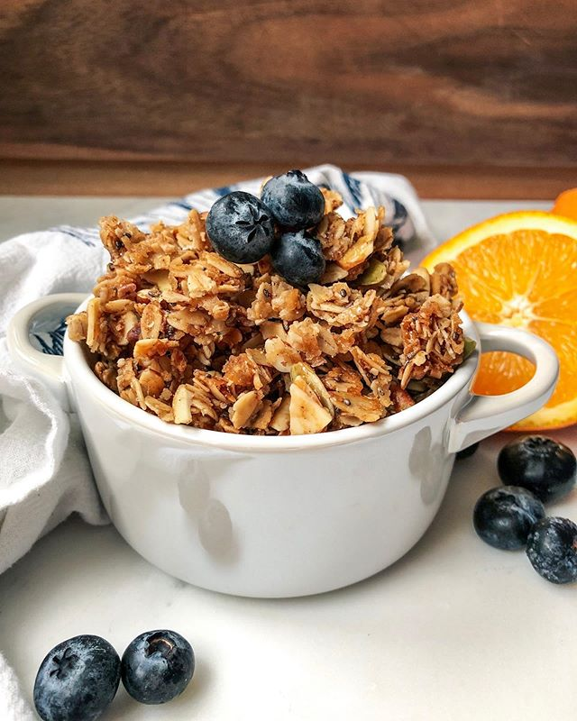 Your co-workers would ❤️ if you brought this in tomorrow...#justsaying  Healthy honey coconut granola is my most popular recipe, and guaranteed to be a crowd pleaser! Find the recipe / become the office favorite on busygirlbaking.com.  #feedfeed #feedfeedbaking #f52grams #bhgfood #foodie #driscolls #berrytogether #quaker #sunkist #homemade #granola #foodtographyschool #bakersgonnabake #eattheworld #healthylife #diamondnuts #wanttherecipe