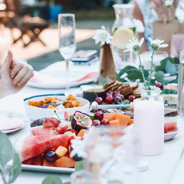 Welcoming people into your home does not mean hiring a harpist and a caterer, my friends. You can host beautiful, thoughtful gatherings for less than what it would cost to go out for a nice dinner with your spouse. Read more about the budget conscious party we put together over on the blog! Link in bio. . . . #partyideas #partytips #gathering #livethelittlethings #momentstocelebrate #celebration #gatheringmoments #memories #goodtimes #momentswithsunday #collectivelycreate #thegatheringguide