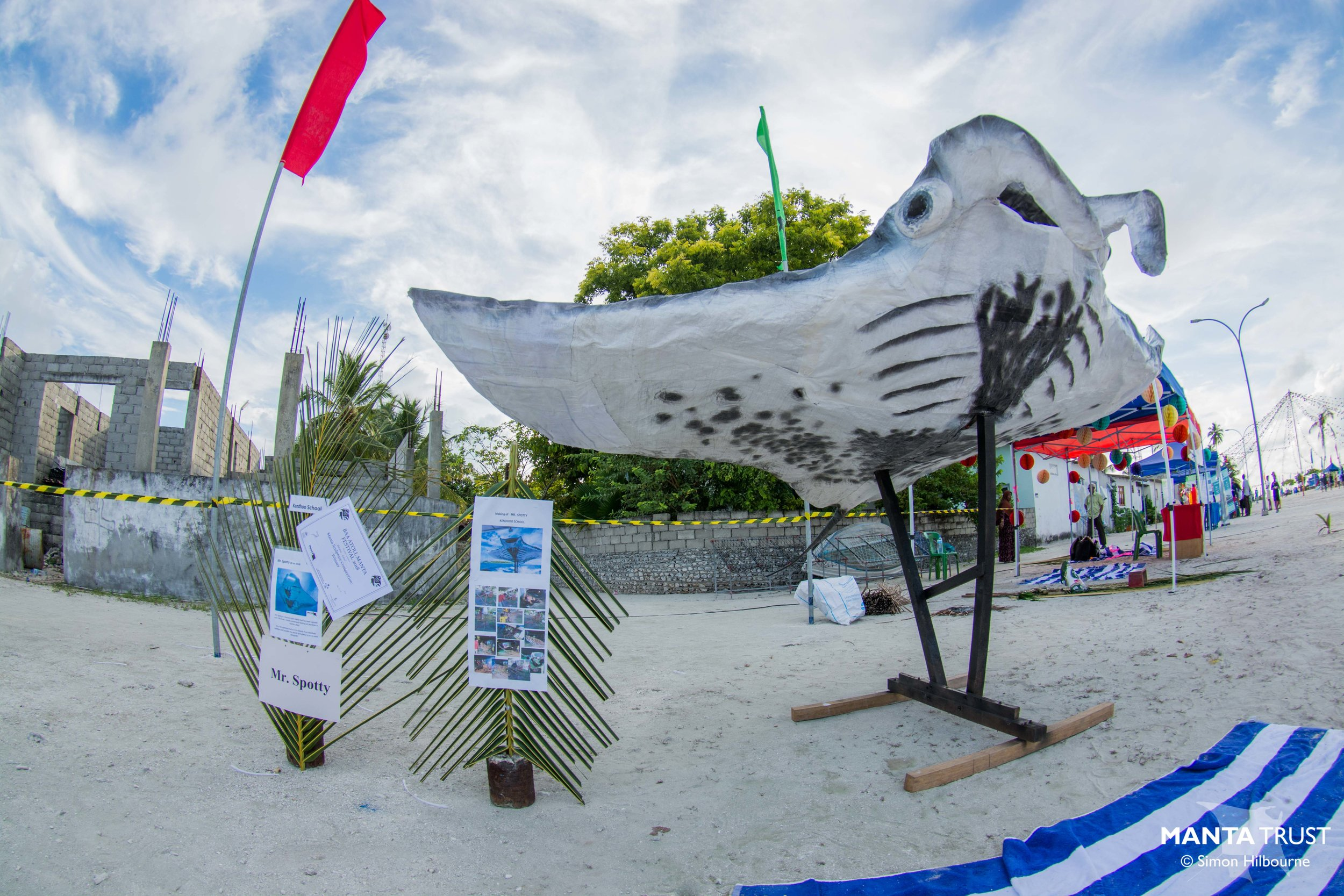 A manta ray sculpture made by school children at the first  Manta Festival in Baa Atoll . Photo: Simon Hilbourne (Courtesy of Manta Trust)