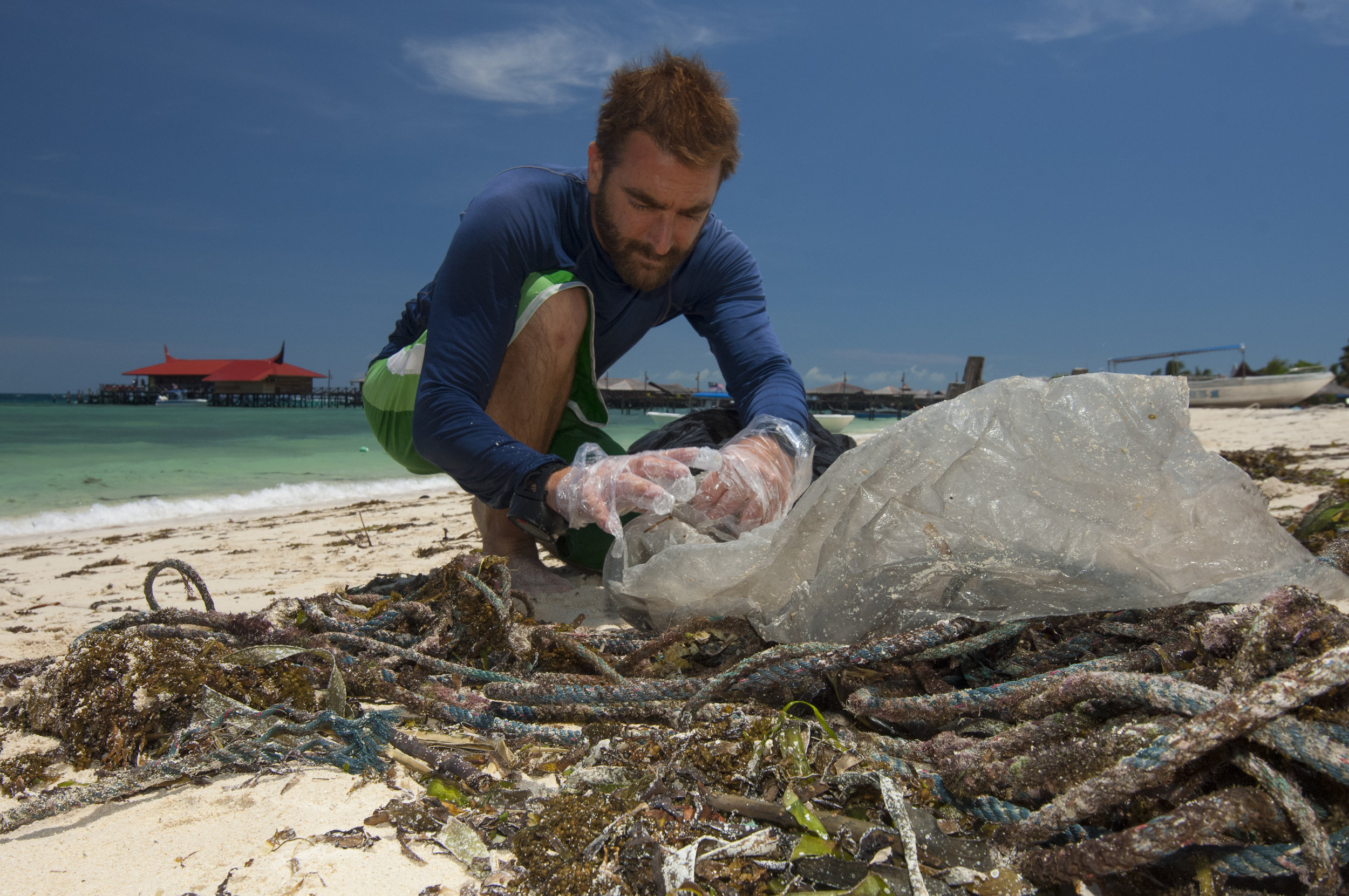 A Scuba Junkie guest getting involved in a beach clean. Photo: Christian Loader (Courtesy of SJ SEAS)