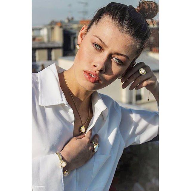//Olfactive Jewelry//💍🌹 Une fabrication Française, plus spécialement Parisienne afin de participer à l'essor d'une économie locale et responsable, en créant de l'emploi et une diminution de notre impact carbone ✨ • • • 📷 : @tristan.dudot 👩🏻🦱 : @sophielempers 💄 : @lisa_chrzanowski_mua 👗 : @marceau_paris  #bague #bracelet #ring #madeinfrance #fabriqueenfrance #bijouterie #bijouxcreateur #bijou #handmade #perfume #original #jewelrygram #jewelry #fragrances #instabijoux #bijouxcreateur  #startup #parfum #parfums #bijouxtendance #ecofashion #jewelryoftheday #parfumoriginal #designinspiration #sustainable  #circuitcourt #style #parfumbranded #sustainablefashion #maisonbo