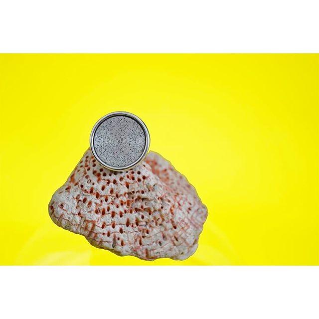 //Olfactive Jewelry// 💍🌼 Comme notre bague Alcée, on profite des derniers jours des vacances pour bronzer sur un rocher au soleil🌞 Vous pouvez aussi retrouver notre ligne alcée sur notre eshop 😊 • • •  #ring #bracelet #handmade #madeinfrance #madeinparis #bijouxolfactifs #bijouxfantaisie #bijouterie #bijouxcreateur #bijoux #naturemorte #original #jewelrygram #jewelry #fragrances #instabijoux  #jewelrydesign #parfum  #bijouxtendance #bijouxlovers #jewelryoftheday #designer#designinspiration #concept #minimalism #style #styleblogger#mode#maisonbo