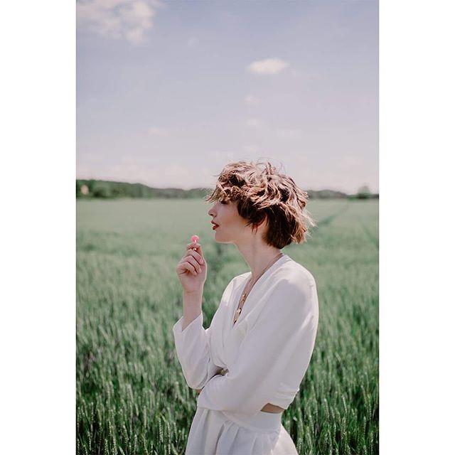 [Olfactive Jewelry]💍🌹 Aujourd'hui on porte sur nos bijoux le parfum Gentle fluidity @franciskurkdjian 🚀 Et vous ?❤️ • • • - Photographe : @oceanedrollat - Modèle: @novikzh - MUA: @justine_sirabella - Accesoires Fleuris: @celigneparis - Ensemble de mariée : @rahre_ • • • #paris#createurfrancais#mode#madeinparis #newbrand #slowfashion #new #brand #french #ethique #parisienne #outfit #bijou # bijoux #parfum #perfume #jewelry #parisianstyle #maisonbo #mode#instabijou #jewelryoftheday #concept #gentle #fluidity #maisonfranciskurkdjian #franciskurkdjian