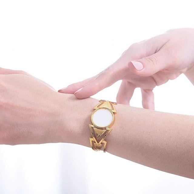 //Olfactive Jewelry// 💍🌼 Azalée 😍 • • • #jonc #createurfrancais #manchette #bijoux #or #frenchinspiration #coupdecoeur #bracelets #concept #maisonbo #azalée