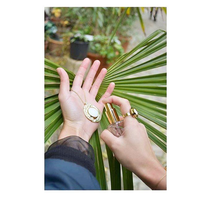 //Olfactive Jewelry// 💍🌼 De bon matin, un peu pressé, dans son «jardin» ... On applique notre concept de «spray & Wear» 🚀 • • • #pendentif #createurfrancais #bague #bijoux #or #frenchinspiration #coupdecoeur #bracelets #concept #maisonbo