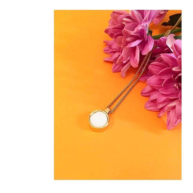 //Olfactive Jewelry//💍🌹 Vaporisez le parfum de votre choix, la douce note fleurie autour de votre cou🌷 Et vous, qu'elles sont vos fleurs préférées ? • • • #maisonbo #or #fleurs🌸#collier #pendentif #madeinfrance #paris #original #française #concept #parfum #bijoux