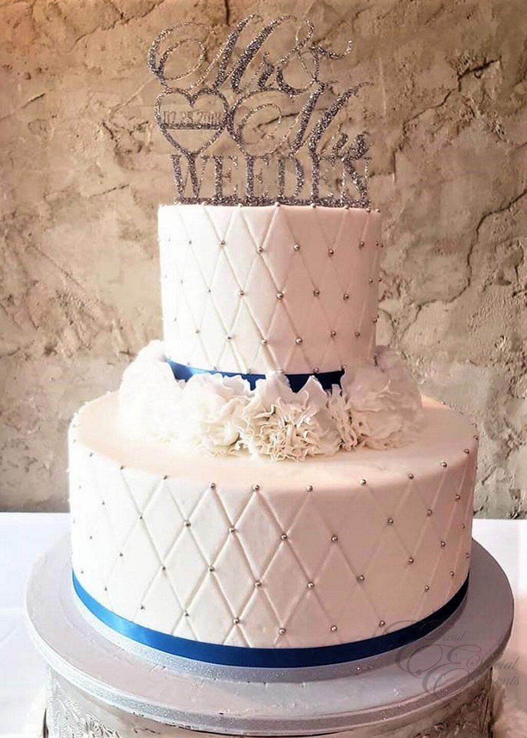 quilt pattern with silver pearls wedding cake.jpg