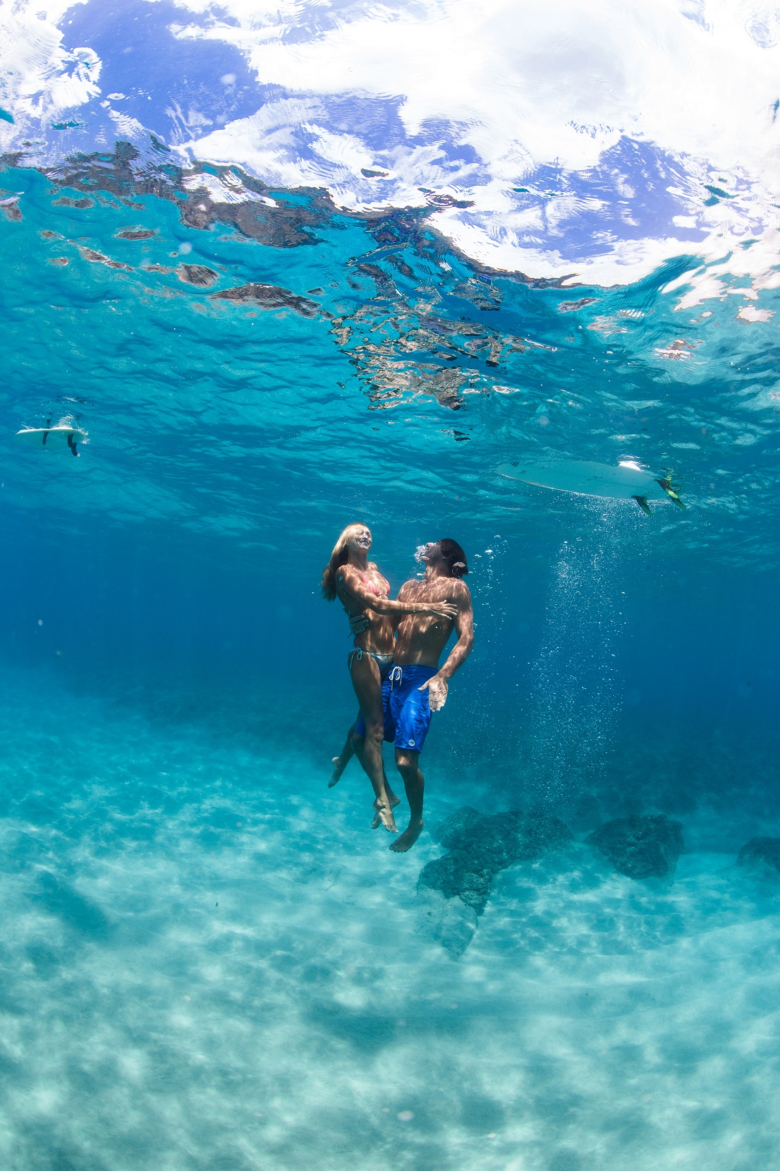 couples underwater engagement photo shoot oahu hawaii ocean