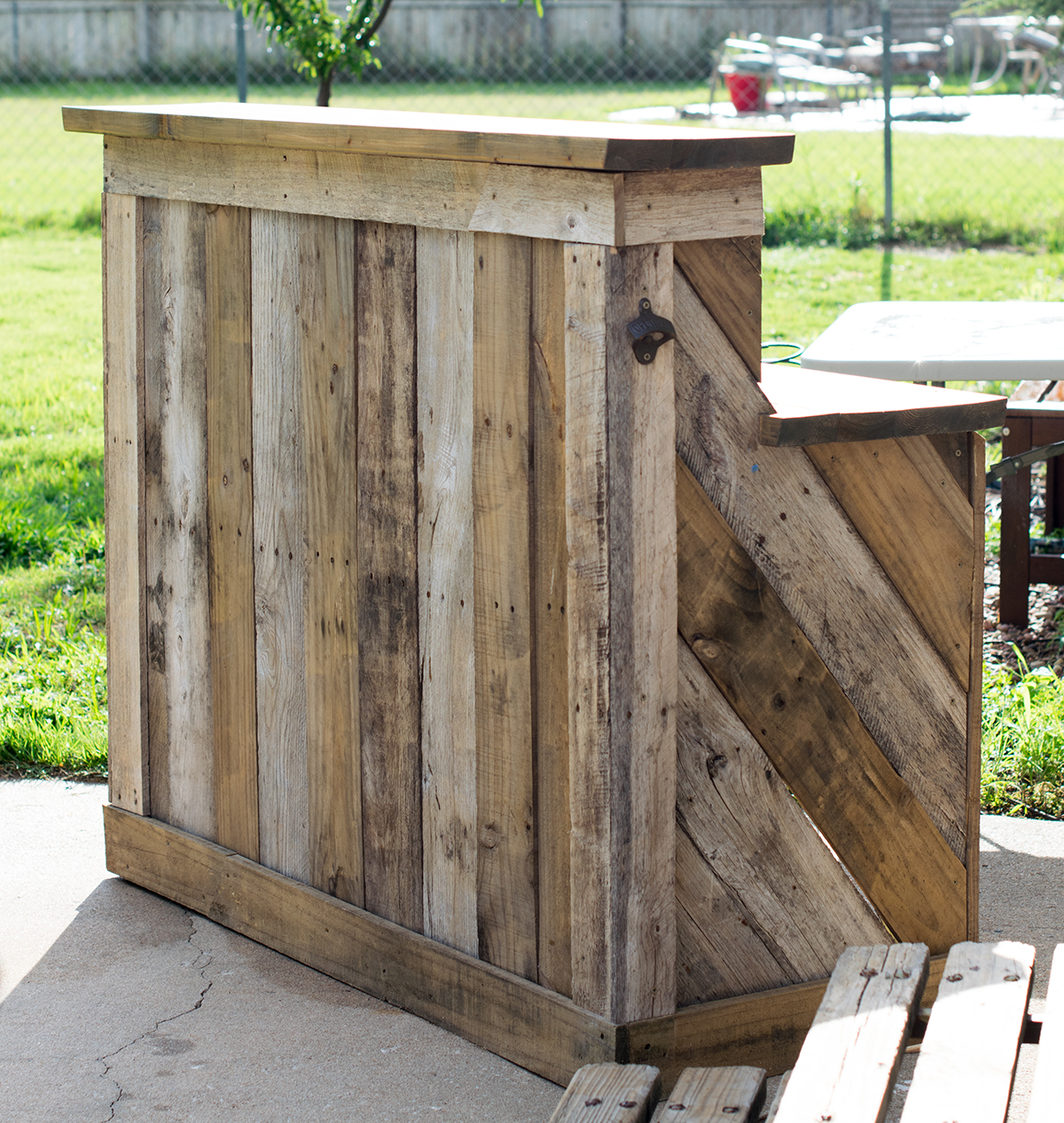 Look at that beautiful bar I love bar and age of pallets, they look perfect