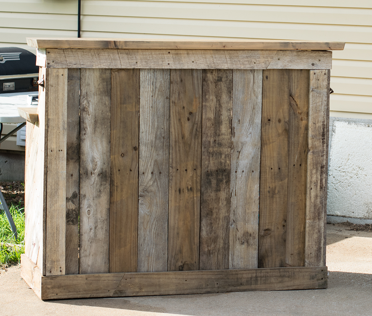 Outdoor pallet bar that took only one day to complete and just a few pieces of treated lumber from the store and some screws. everything else was free