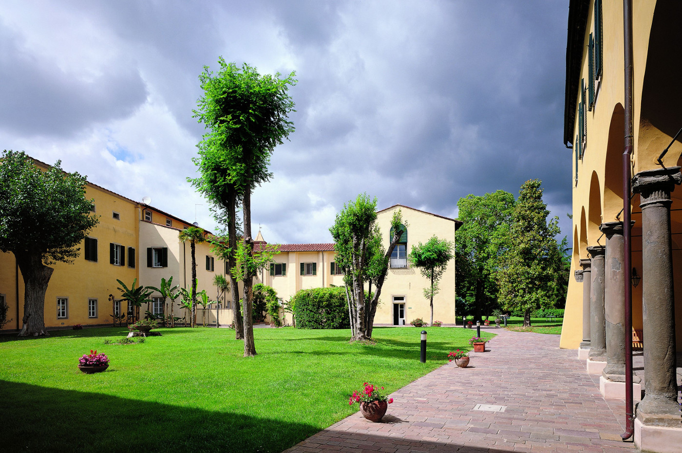 SANT'ANNA SCHOOL OF ADVANCED STUDIES (Pisa) - A public university institute with special autonomy working in the field of applied sciences: Economics and Management, Law, Political Sciences, Agricultural Sciences and Plant Biotechnology, Medicine, and Industrial and Information Engineering.
