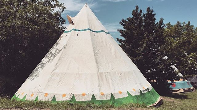 Los TIPIS ya están montados! Tu HOGAR DULCE HOGAR te espera este verano! #campamentos #tipis #larcada