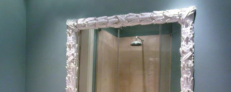 Stuckumrahmter Spiegel im Bad