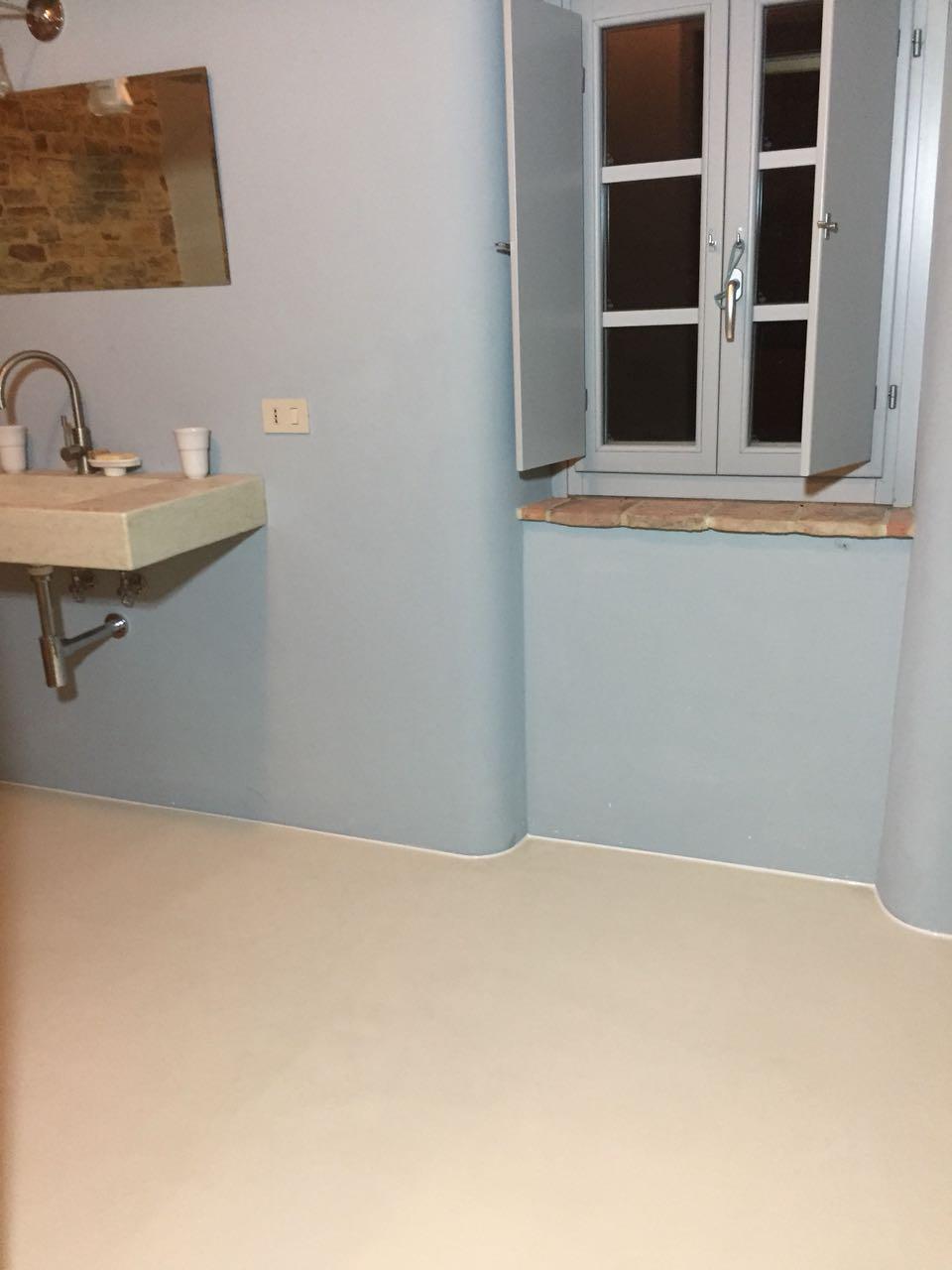 Pastellone Kalkboden und Marmorino Wand