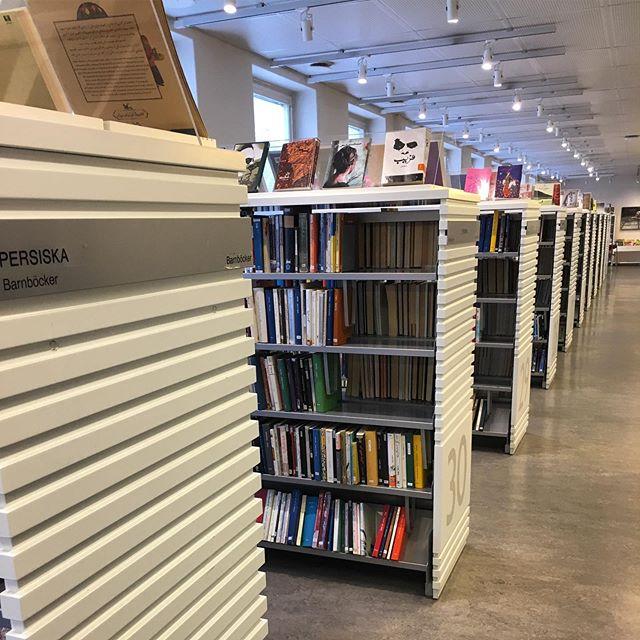 I dag besöker jag Internationella biblioteket, som stänger i augusti. Hela denna korridor innehåller böcker på farsi. 100 blir kvar på Stadsbiblioteket. Känns som ett ogenomtänkt beslut att stympa en sån här viktig plats. Därför har jag skrivit under uppropet på @radda.ib och det hoppas jag fler gör. Tänk om och tänk rätt.