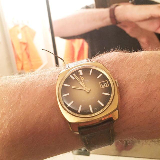 Jag är inte så intresserad av klockor men jag är intresserad av tid. Framöver kommer jag att hundratals gånger om dagen blicka ner på samma urtavla som min morfar gjorde (han gick bort 2006). Känns som en fördröjd typ av kommunikation. Fint.