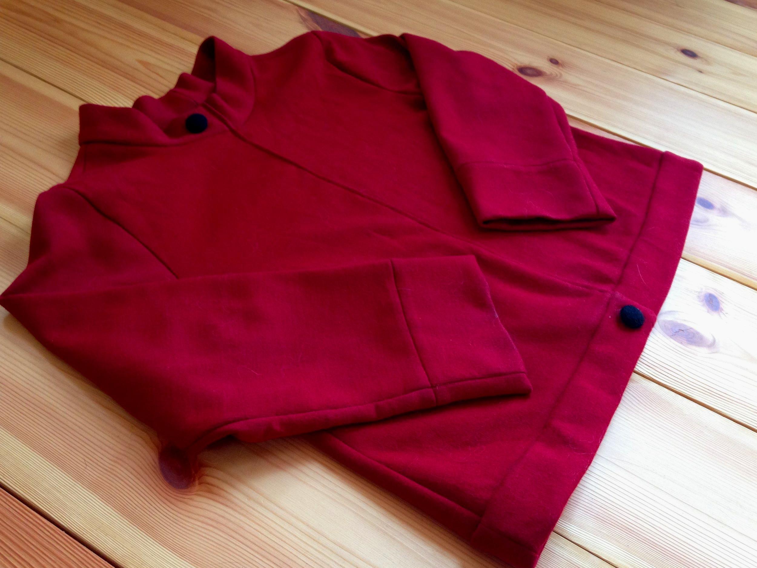 Roter Pullover am Boden liegend.jpg