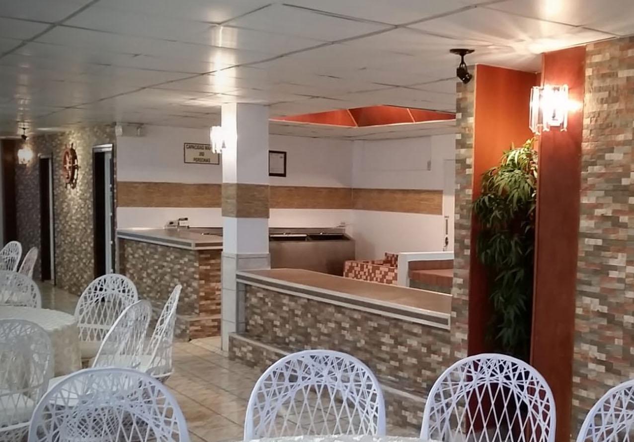Cocina y Barra - Instalaciones tienen nevera y área para preparar platos, con puerta al exterior para una operación cómoda.