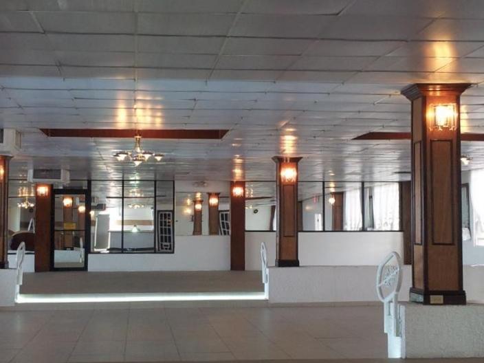 Amplia área de recepción - Elegante salón interior con capacidad máxima de 240 personas.Paredes en espejos y piedras decorativas con columnas en madera y espejos. Lámparas y cortinas y vista al mar de todos los ángulos.Lugar cuenta con aire acondicionado y planta eléctrica y reserva de agua.