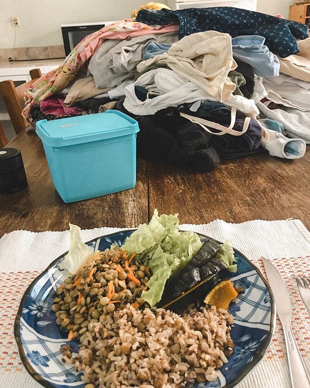 Todo o glamour do meu almoço #veggie e a pilha de roupa pra dobrar... #preludiodotedio #donadecasafellings