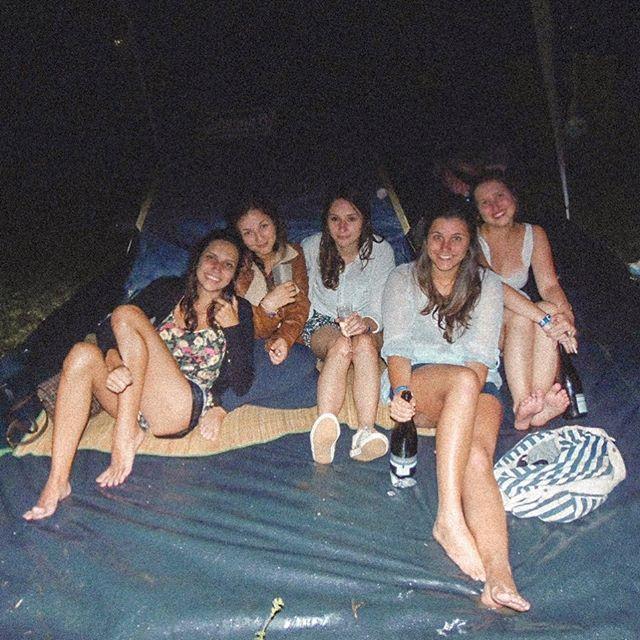 cinco-garotas-da-cidade-vivendo-na-chuva-no-mato-porem-muito-felizes.jpg  #tbt #psicodaliafeelings