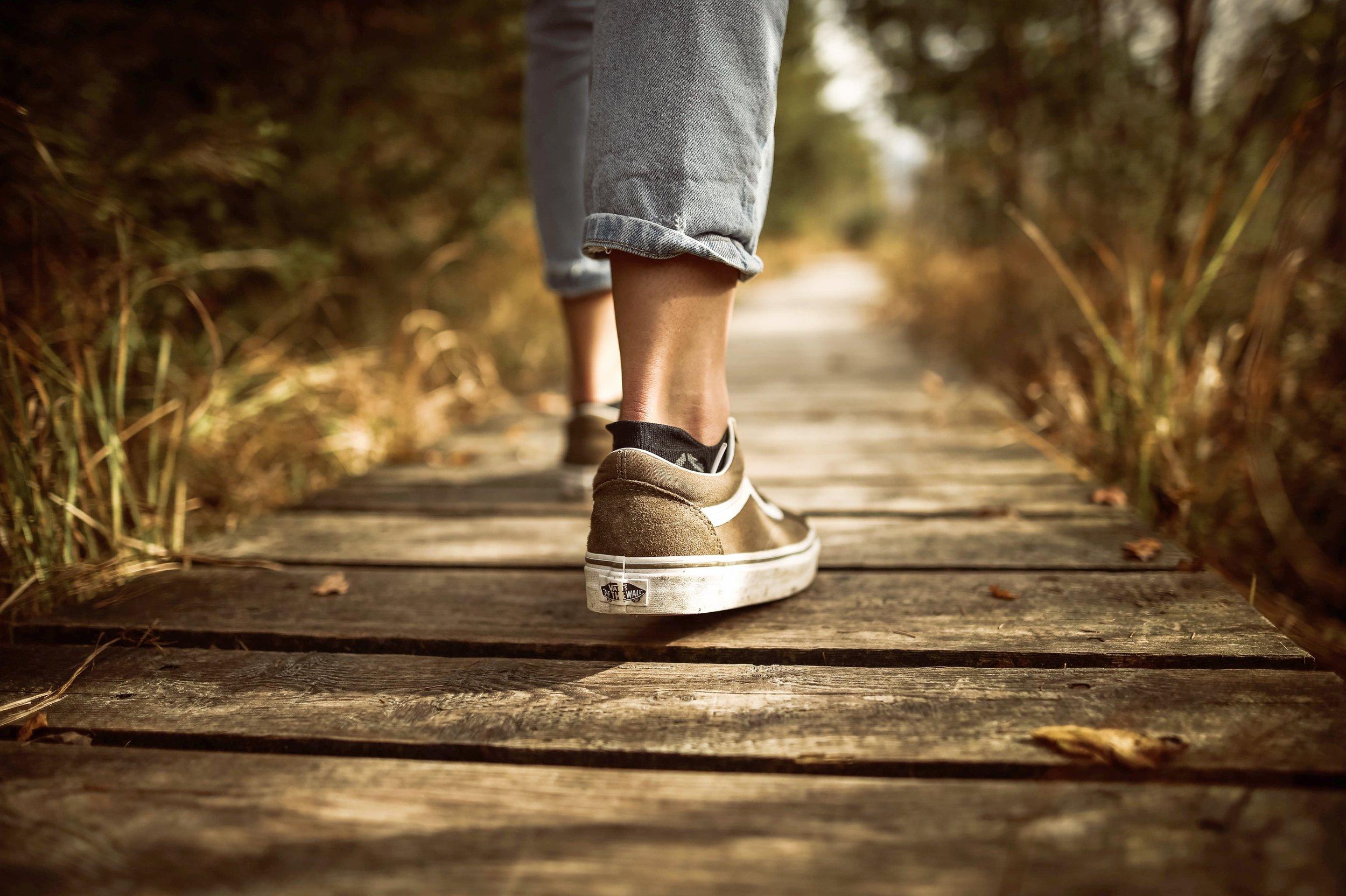 fashion-footwear-grass-631986.jpg