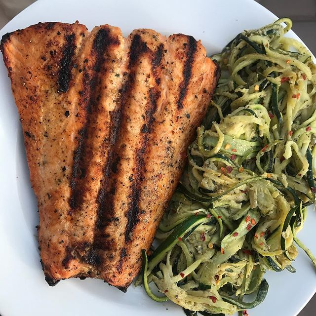✨🌵not too pretty but IRL i love easy, quick cooking time, and clean dinners: zoodles in the pan cooked in ghee and artichoke bruschetta topped with red chili 🌶flakes•grilled salmon with lemon and dipped in @majesticgarlic 😛✨🌵SUMMER IS COMING👙and this meal is on skinny repeat💋 . . . . . #healthyfood #health #healthyeating #healthylifestyle #dinner #vegetarian #wellness #monday #hungry #food #foodie #iamwellandgood #chalkboardeats #fitness #fit #diet