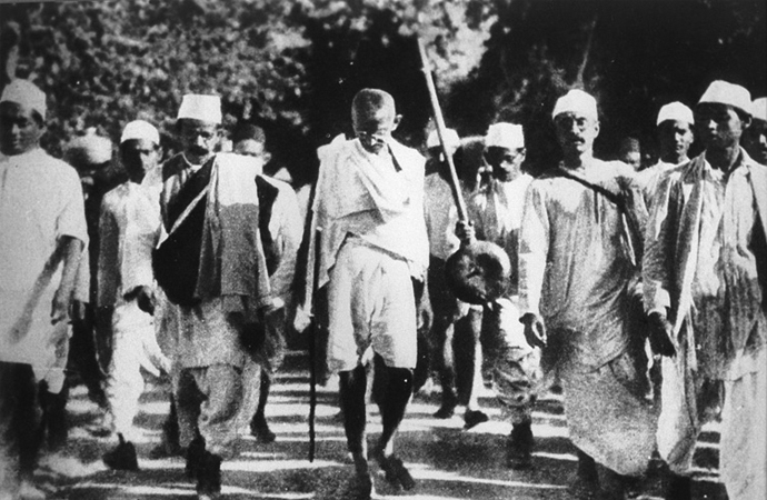 The Power of Peace: Gandhi breaks the salt laws at Dandi Beach (Image: beautifultrouble.org/case/the-salt-march/)
