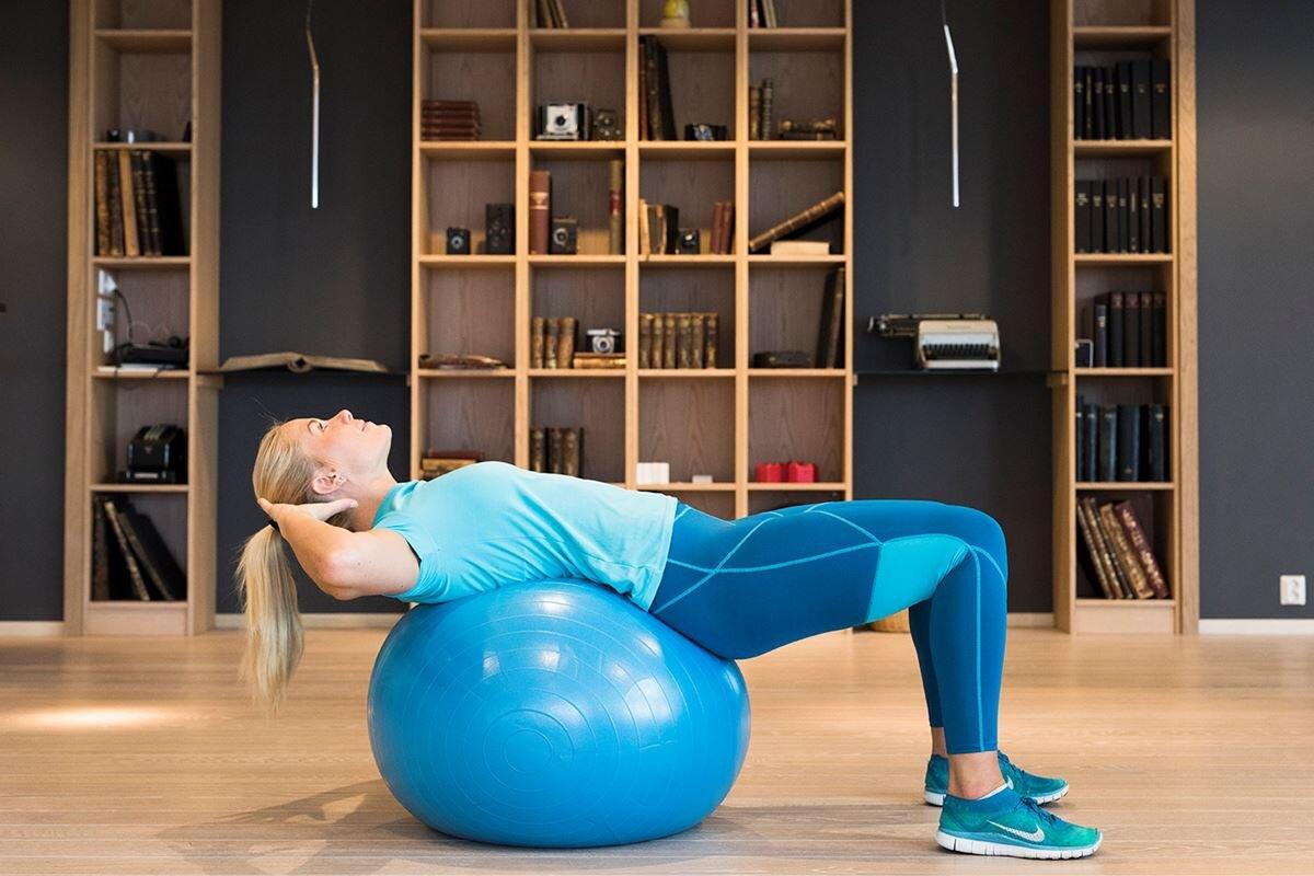 Bildet er lånt fra denne artikkelen: https://coop.no/aktiv/styrke/5-supereffektive-mageovelser-pa-gymball/