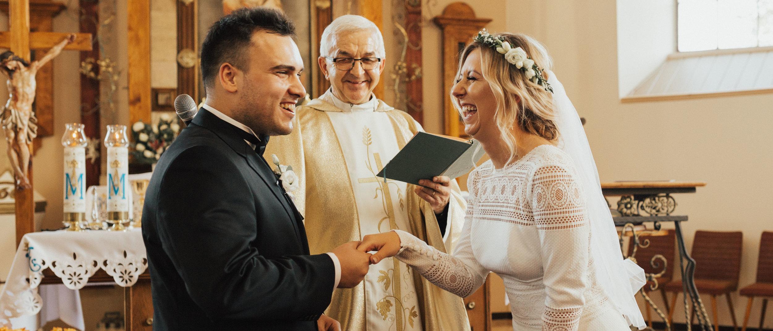 Ula & Marcin Historia Ślubna - Tym ciepłym październikiem życie zaprowadziło nas na sam zachód Polski, gdzie poznaliśmy wspaniałą parę, Ulę i Marcina i staliśmy częścią ich wielkiego dnia!